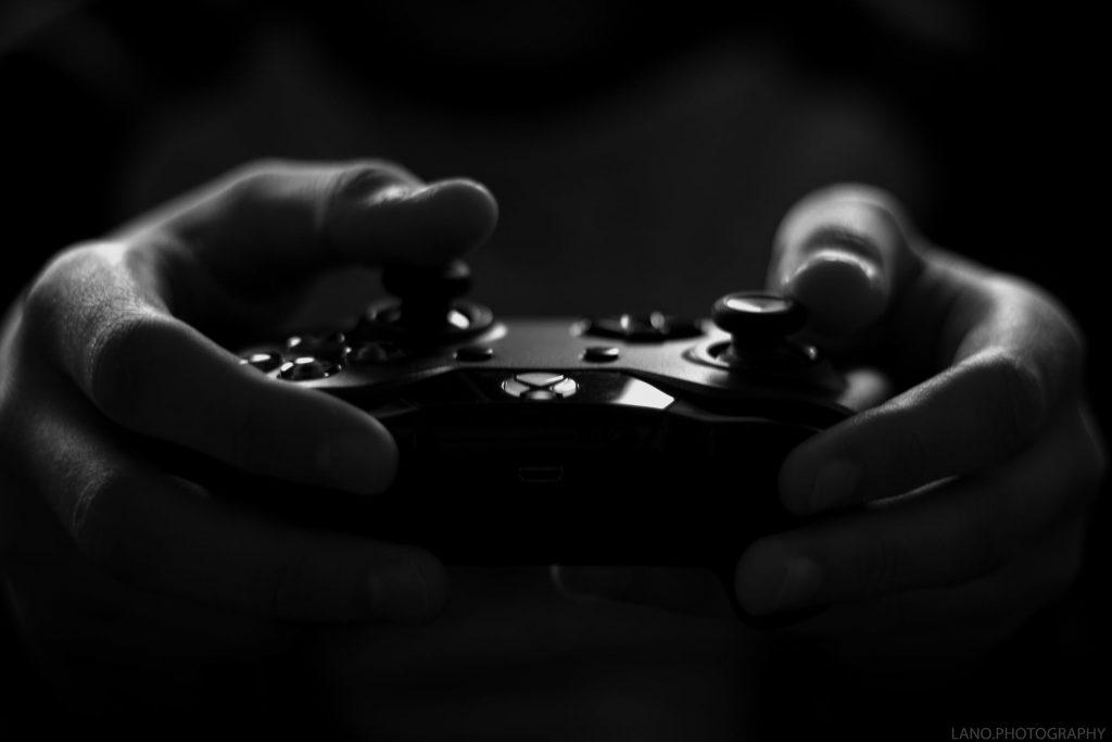 Mand spiller Xbox