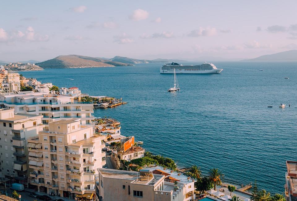 Krydstogtskib sejler ved middelhavet