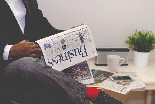 En forretningsmand læser i en avis
